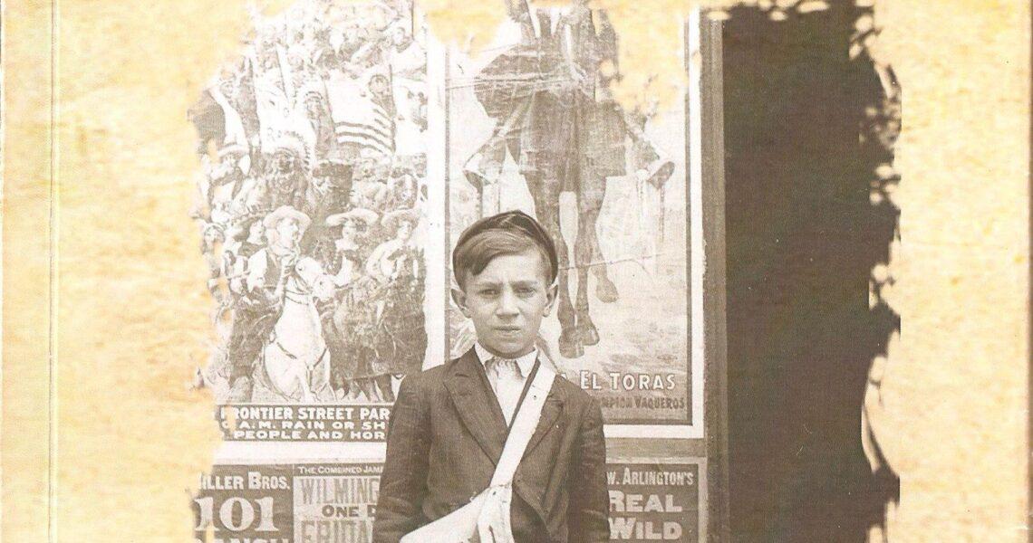 """Portada del libro """"El chico de los recados"""" de José Luis Martín Sánchez. Foro antigua con un niño vestido con boina y una bolsa de aspecto anticuado"""