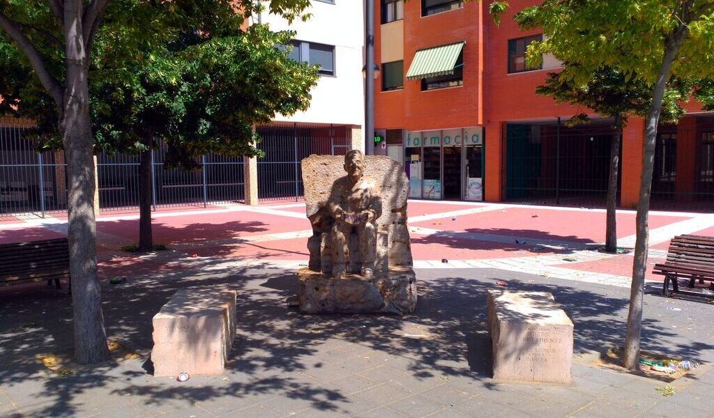 Estatua de Millán Santos en la plaza que lleva su nombre