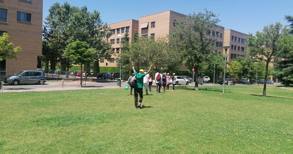 grupo de personas en el parque de Canterac, de espaldas y con los edificios al fondo